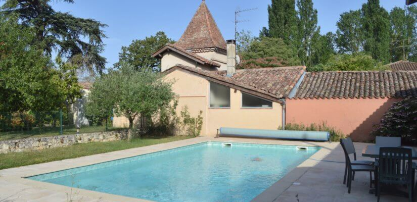 3 bedrooms ground floor cottage with a pool and 2 garages on 700 m2